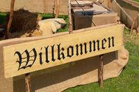 Eingangsbereich bei einem Mittelalter Spektakel Willkommen Schild