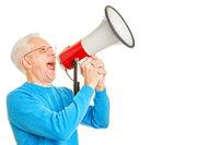 Senior ruft laut in Megafon zur Kommunikation