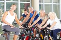Senioren bei Fitnesstraining im Rehazentrum