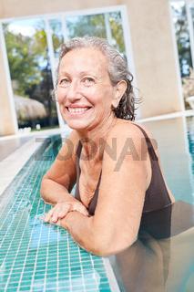 Sportliche Senior Frau am Beckenrand