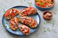 Gegrillte Brote mit Tomaten und Sardellen