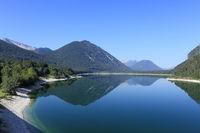 ruhiger Gebirgssee im Sommer