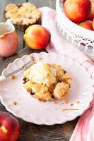 Kleiner Pfirsich Crumble mit Eis