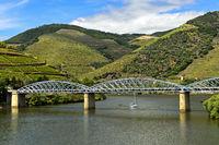 Eiserne Strassenbrücke über den Douro Fluss, Pinhao, Douro Tal, Portugal