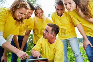 Gruppe benutzt einen Tablet Computer