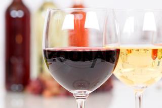 Wein rot Rotwein im Glas Flasche