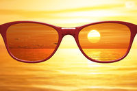View through sunglasses sharp with glasses unsharp without glasses