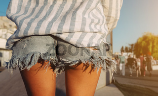 Photo beautiful sporty lady's legs in denim jeans shorts