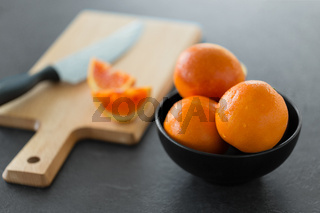 close up of fresh oranges in bowl on kitchen table