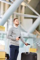 Passagier beim Umsteigen hofft auf einen pünktlichen Flug