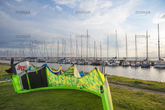 Kitesurfer auf der Hafenmole in Orth auf der Insel Fehmarn