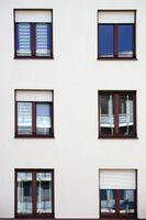 Spieglungen in den Fenstern eines Wohngebäudes