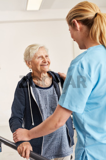 Fürsorgliche Therapeutin betreut Seniorin