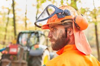 Forstwirt als Holzfäller in Schutzausrüstung