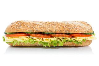 Sandwich Baguette Vollkorn Brötchen belegt mit Käse seitlich freigestellt Freisteller