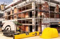 Baustelle mit Helm und Werkzeug