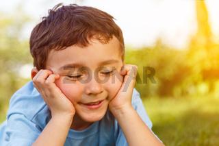 Kind kleiner Junge träumen Traum Tagtraum nachdenken denken draußen Textfreiraum Copyspace