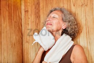 Alte Frau schwitzt im Dampfbad