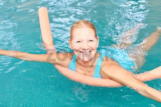 Vitale Senior Frau lernt schwimmen