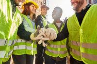 Gruppe Logistik Arbeiter stapelt Hände