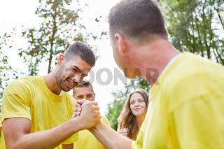 Zwei junge Männer machen Armdrücken