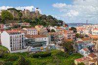 Blick von einem Aussichtspunkt über das Stadtzentrum und die São Jorge Festung im Hintergrund