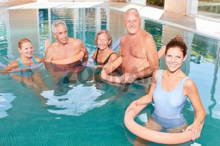 Senioren in einem Aquagymnastik Kurs