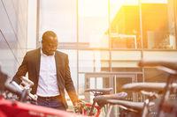 Afrikanischer Geschäftsmann schließt Fahrrad an