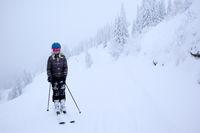 Skifahrer in verschneiter Landschaft