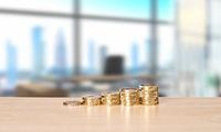 Stapel mit Münzen in einem Büro