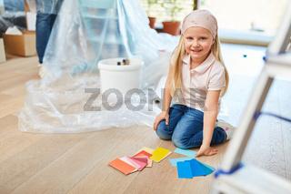 Mädchen mit Wandfarbe zur Auswahl