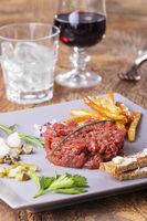 Rohes Steak Tartare auf einem grauen Teller