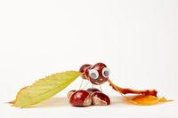 Kastanienfigur aus Kastanien und Blättern basteln