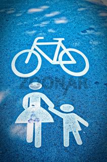 Verkehrzeichen auf einem Radweg Fußgänger oder Frau mit Kind zur Verdeutlichung eines Fußgängerwegs