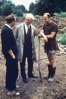 Lothar Kreyssig besucht die erste Sühnezeichen-Gruppe in Auschwitz-Birkenau, August 1965