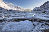 Eis im Fjord auf den Lofoten, Norwegen