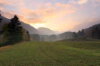 Wiese und Berge bei Sonnenuntergang