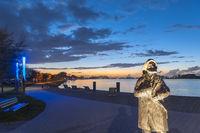 Binnensee mit Uferpromenade und Bronzefigur des Fischer Stüben in Heiligenhafen