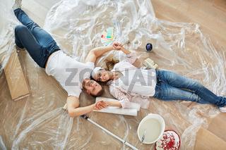 Paar bei Renovierung vom Eigenheim