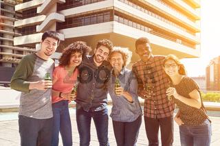 Gruppe Freunde als Team bei Party
