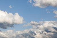 Sturmwolken am blauen Himmel