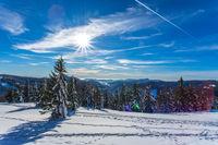 Wandern im Winterwunderland auf dem Feldberg bei strahlendem Sonnenschein