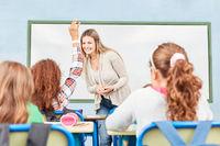 Schüler beteiligen sich am Unterricht