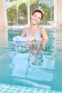 Junge Frau im Pool des Spa Hotel