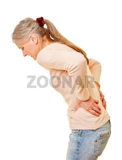 Seniorin mit Schmerzen im Rücken