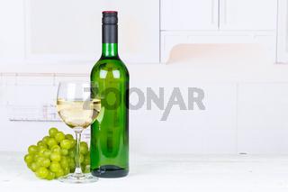 Wein weiß Weißwein Weintrauben Trauben Textfreiraum Copyspace