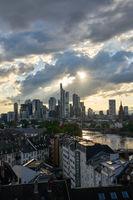 Wolkenkratzer der Stadt Frankfurt am Main abends