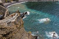 Steinerner Brückenzugang und Weg auf der Steilküste an der Bucht von Biskaya auf der Insel San Juan de Gaztelugatxe