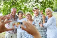 Senioren lassen sich fotografieren im Urlaub