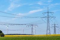 Überlandleitungen und Windkraftanlagen